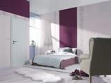 Комбинирование обоев разного цвета и фактуры на одной стене