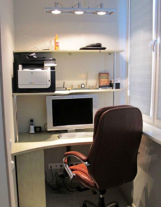 Удобное расположение компьютера и оргтехники на балконе кабинете