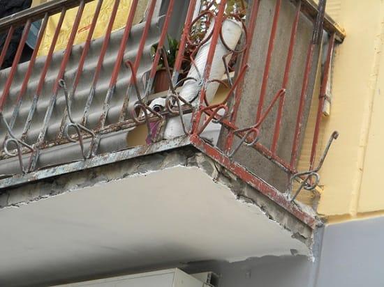 Такой балкон требует незамедлительного ремонта