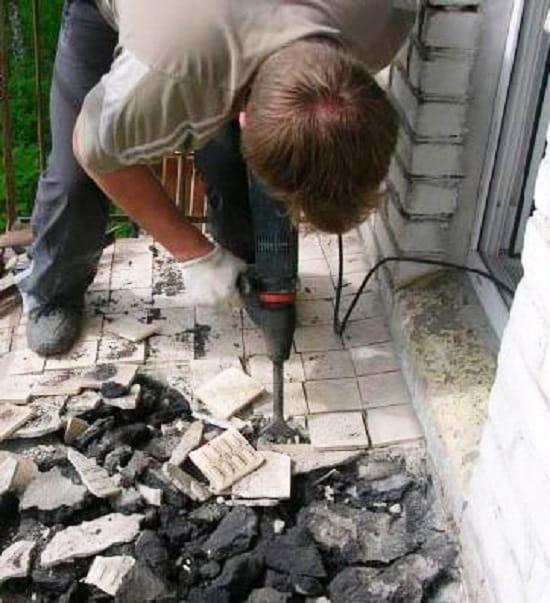 Ремонт плиты начинается с демонтажа полового покрытия