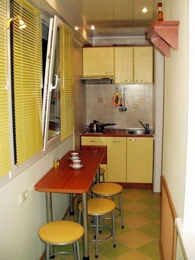 Кухня вполне может поместиться на балконе
