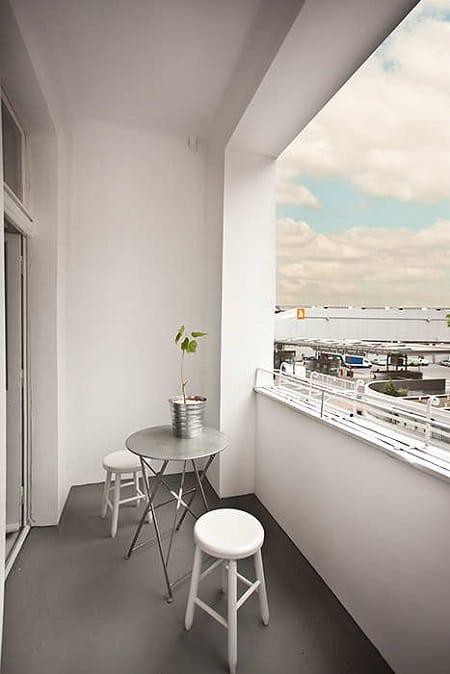 Лаконичный дизайн открытого балкона