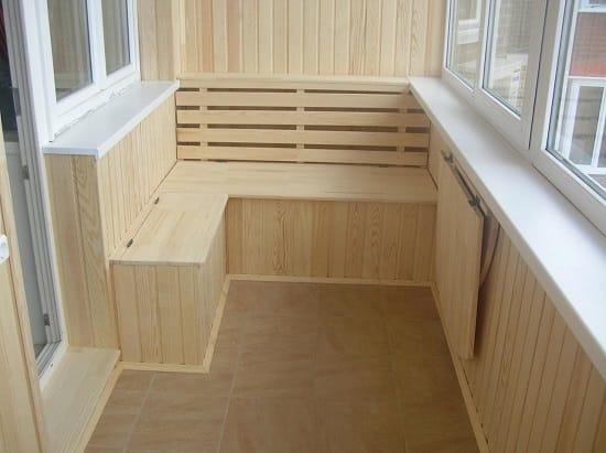 Скамейка и откидной столик на балконе
