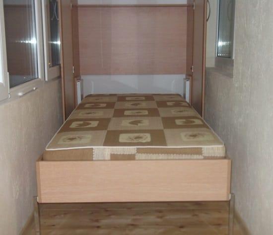 Для спальни на балконе достаточно разместить удобную кровать