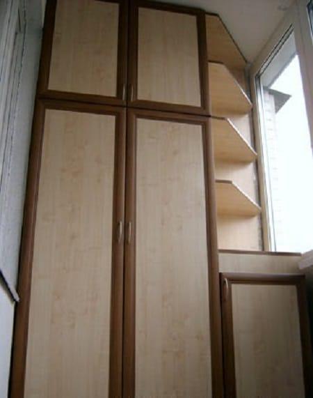Шкаф с открытыми полками на балконе