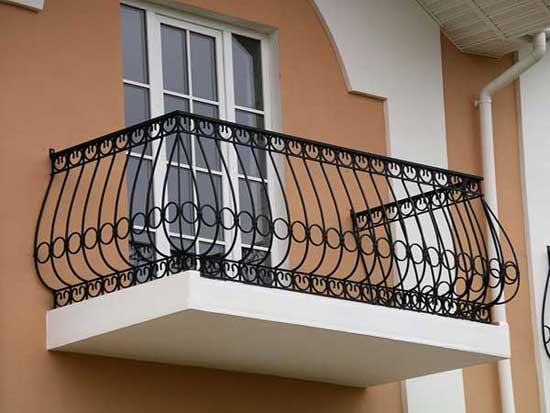 Открытый балкон с кованым ограждением
