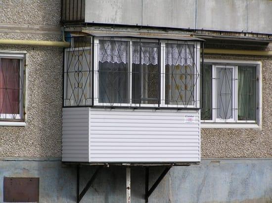Подвесной балкон пристроенный на первом этаже