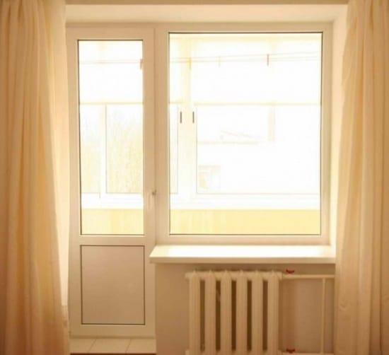 Классический вариант двери на балкон