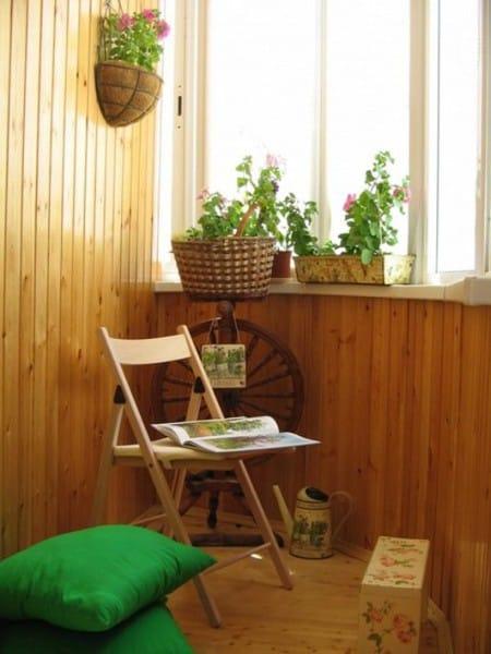 Декупажем можно украсить мебаль и другие нужные вещи на балконе