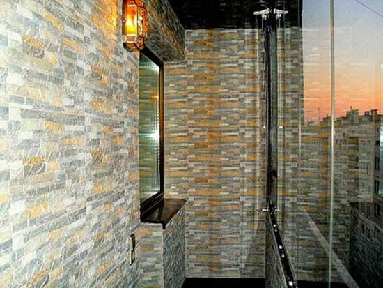 Балкон отделанный декоративным камнем