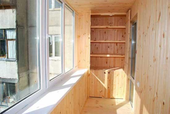 Обшитый вагонкой балкон