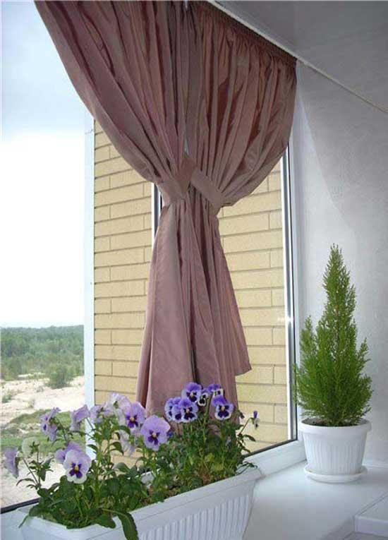 Вариант короткой занавески на балкон