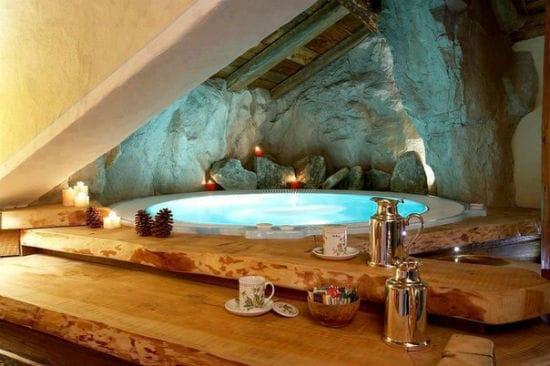 Креативная идея для ванной на мансарде