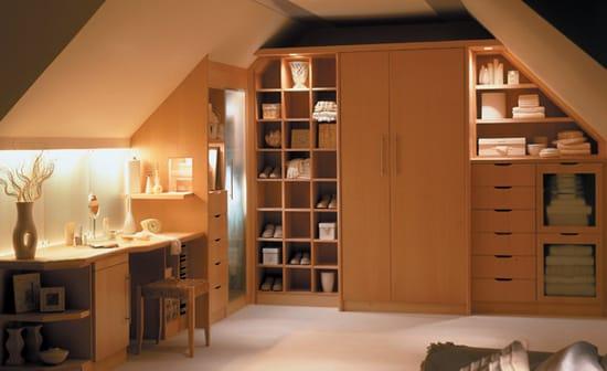 Мебель светлых оттенков для кабинета на мансарде