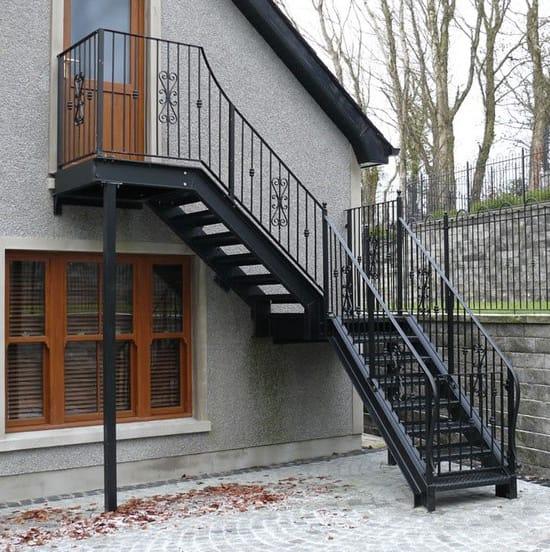 Внешняя мансардная лестница