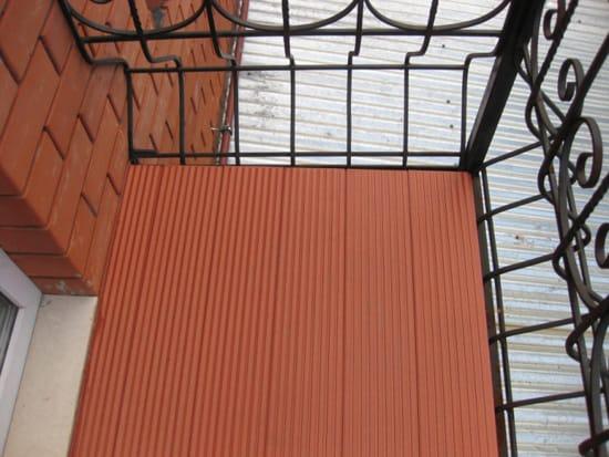 Террасная доска на полу открытого балкона