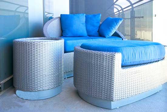 Плетеная мебель для отдыха на лоджии