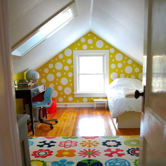 Белый потолок мансарды из гипсокартона