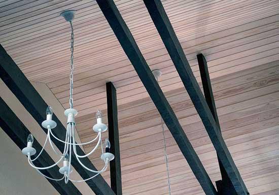 Отделка потолка мансарды вагонкой из кедра