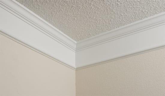 Оштукатуренный потолок с плинтусом