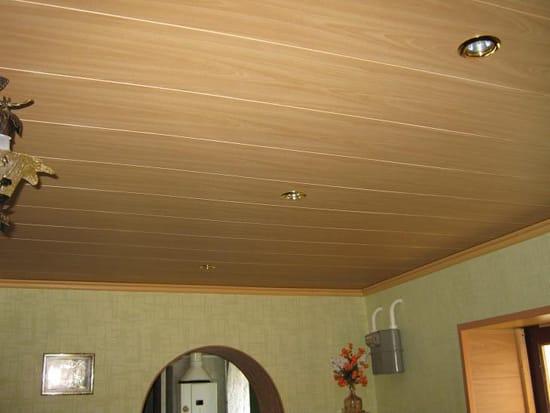 Пластиковый плинтус на потолке