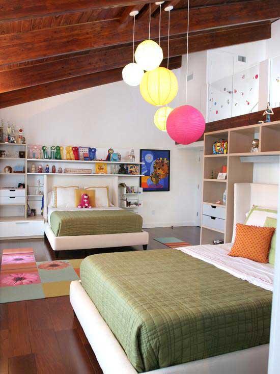 Удобные стеллажи в детской на мансарде