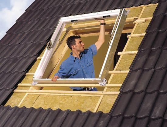 Установка рамы мансардного окна