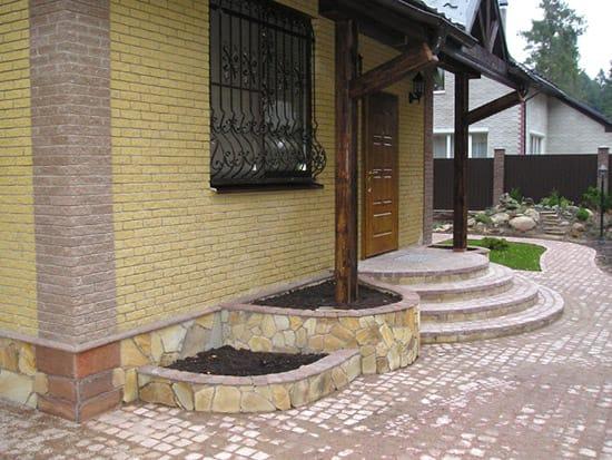 Полукруглое бетонное крыльцо