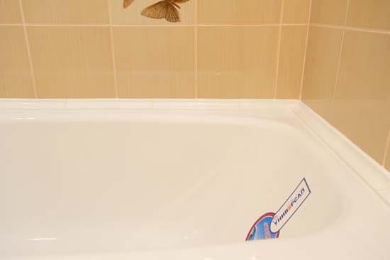 Плинтус из акрилового камня на ванной