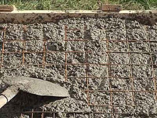 Утрамбовка бетонного раствора для крыльа
