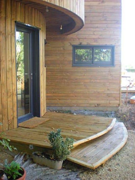 Полукруглое деревянное крыльцо-веранда