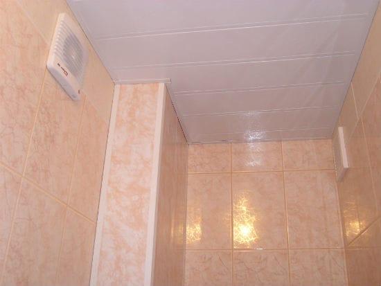 Плинтус для ванной с потолком из панелей ПВХ