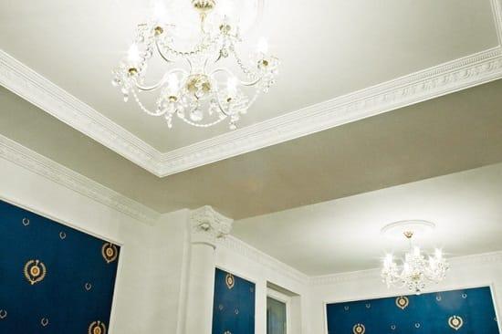 Декоративный потолочный плинтус белого цвета