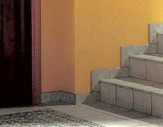 Плинтус из плитки на лестнице