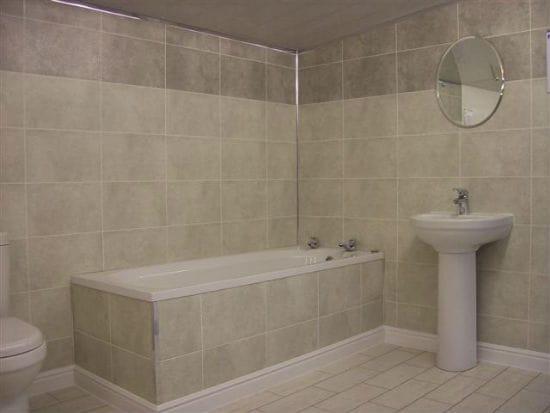 Широкий полиуретановый плинтус в ванной