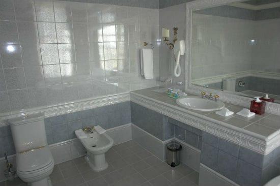 Широкий пластиковый и керамический плинтуса в ванной