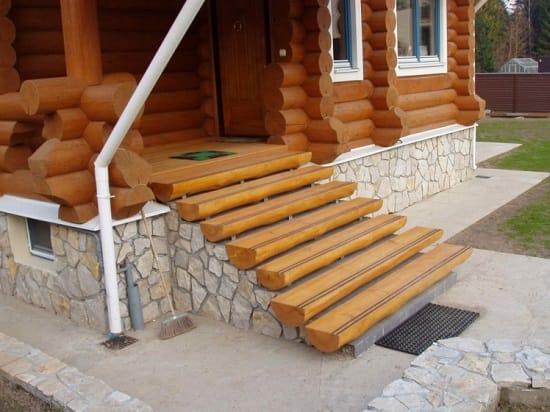 Бревенчатое деревянное крыльцо