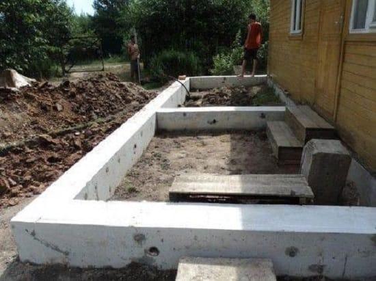 Готовый бетонный ленточный фундамент под крыльцо