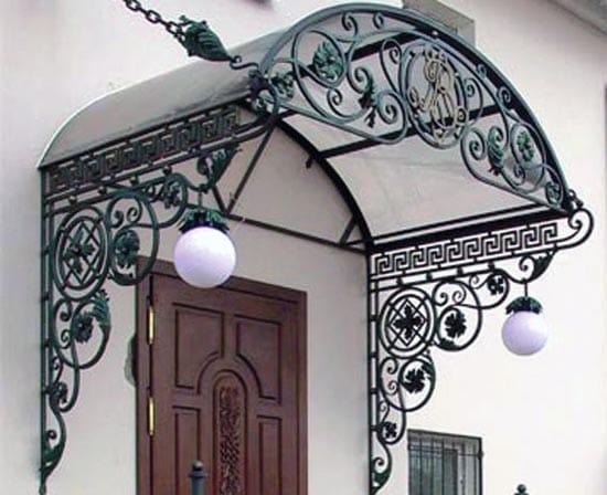 Козырек над крыльцом из поликарбоната и кованых элементов