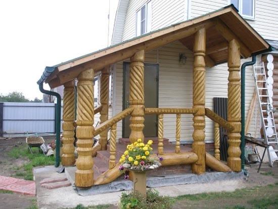 Крылечко с деревянными резными колоннами