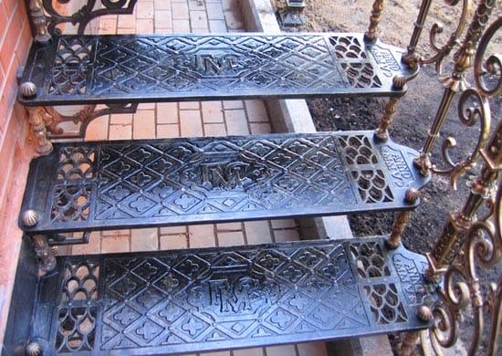 Металлическая лестница со стальными ступеньками