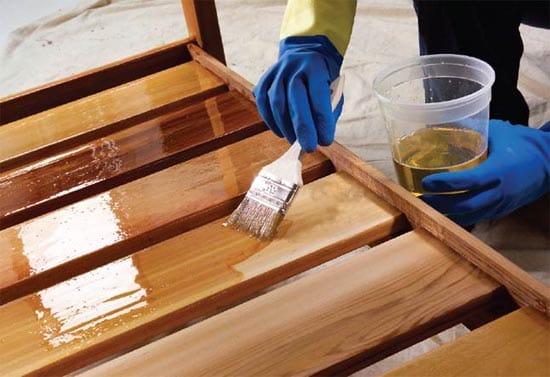 Обработка крыльца маслом