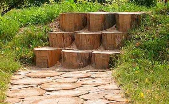 Оригинальная лестница крыльца со ступенями из чурбаков