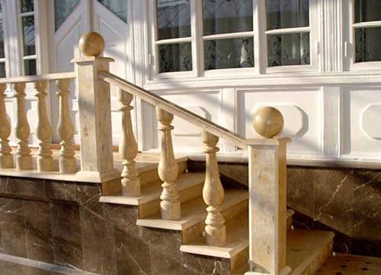 Оригинальные балясины деревянного крылечка