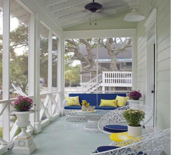 Большое крыльцо-терраса для дома из дерева