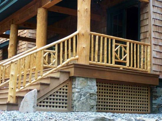 Высокое крыльцо из бревен для деревенского дома