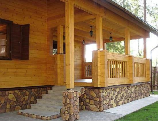 Деревянный дом с крыльцом из камня и плитки