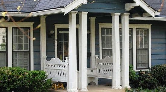Перила и скамейки на крыльце деревенского дома