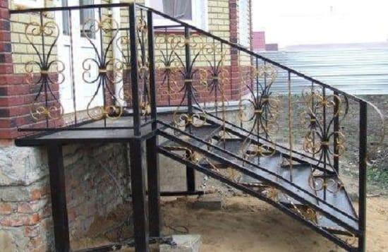 Металлическая лестница с элементами ковки