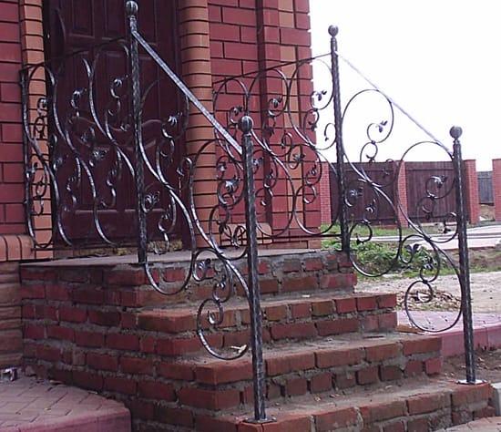Крыльцо с коваными перилами в стиле модерн